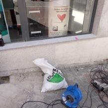 Instalación en comercio de bolardos anti alunizaje